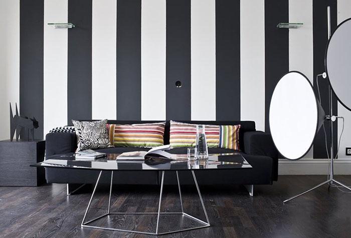 Современный интерьер гостиной с черно-белыми обоями в полоску