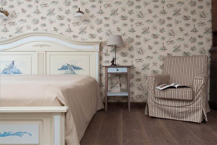 Спальня с изображением птиц на обоях