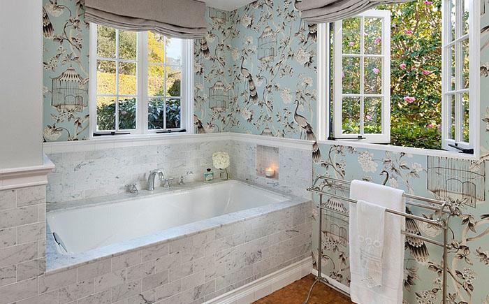 ванная комната с обоями с изображением цветов и птиц