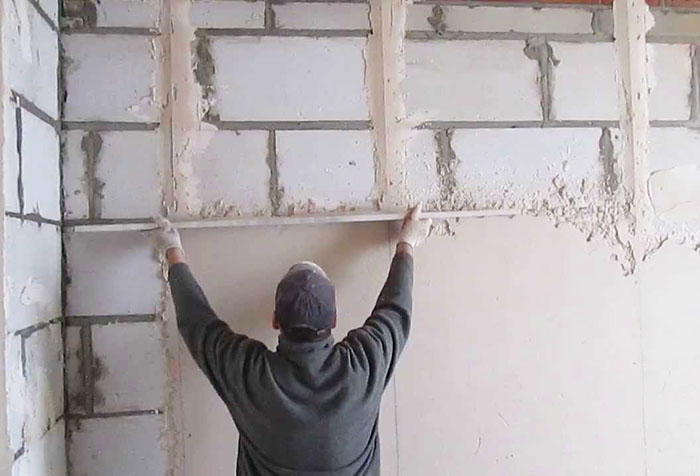 Выравнивание стены штукатуркой по маякам