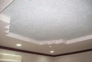 Выбор и нанесение жидких обоев на потолок