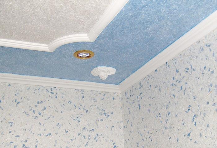 Окрашенные жидкие обои на потолке