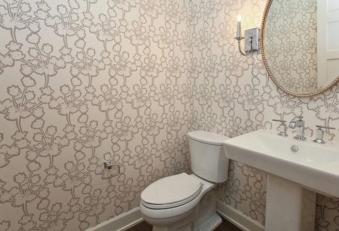 Отделка стен в туалете обоями
