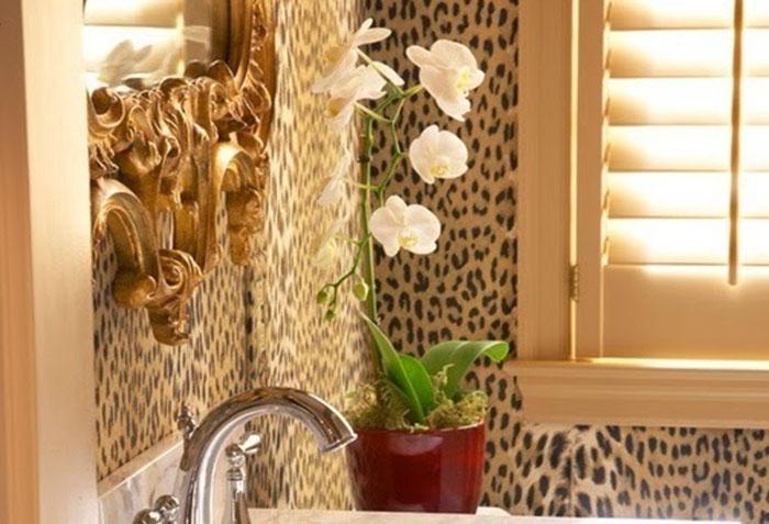 Леопардовые стены в ванной