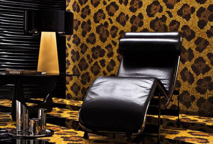 Крупный леопардовый принт на обоях