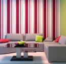 Яркие полосатые обои в гостиной