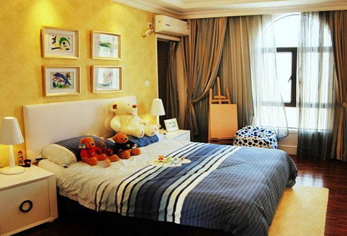 Коричневые шторы и желтые обои в спальне