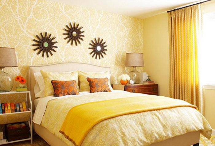 Мелкий принт на шторах в спальне с желтыми обоями