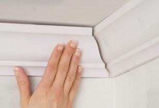 Пошаговая инструкция по наклеиванию потолочного плинтуса