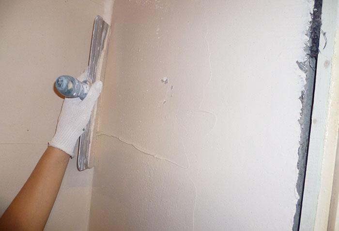 Шпаклевка стен в углу под обои