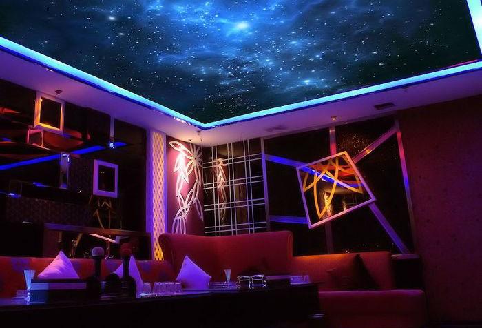 Флуоресцентные фотообои на потолке